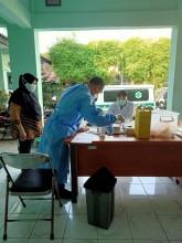 Karyawan dan Karyawati Kecamatan Gondomanan menjalani Rapid test